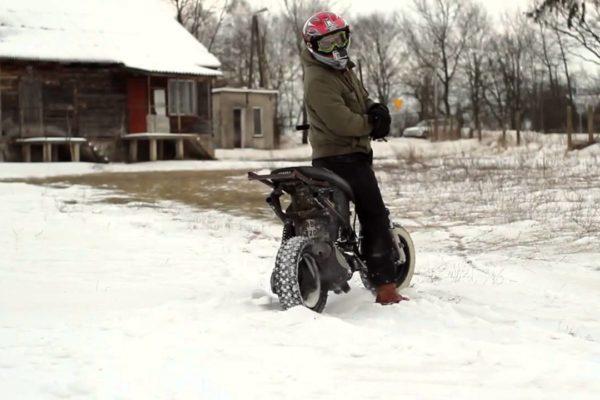 Yamaha Neos skuter zimą