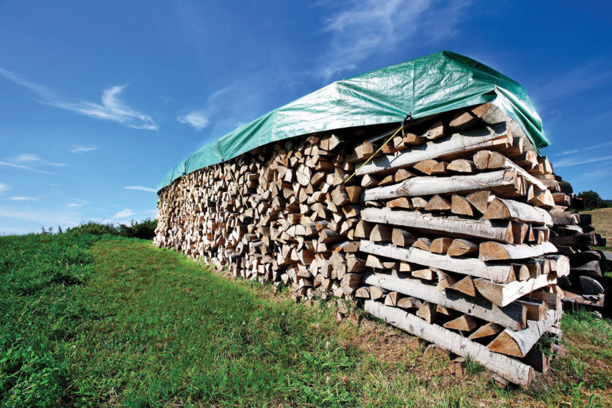 przygotowanie drewna do kominka na zimę
